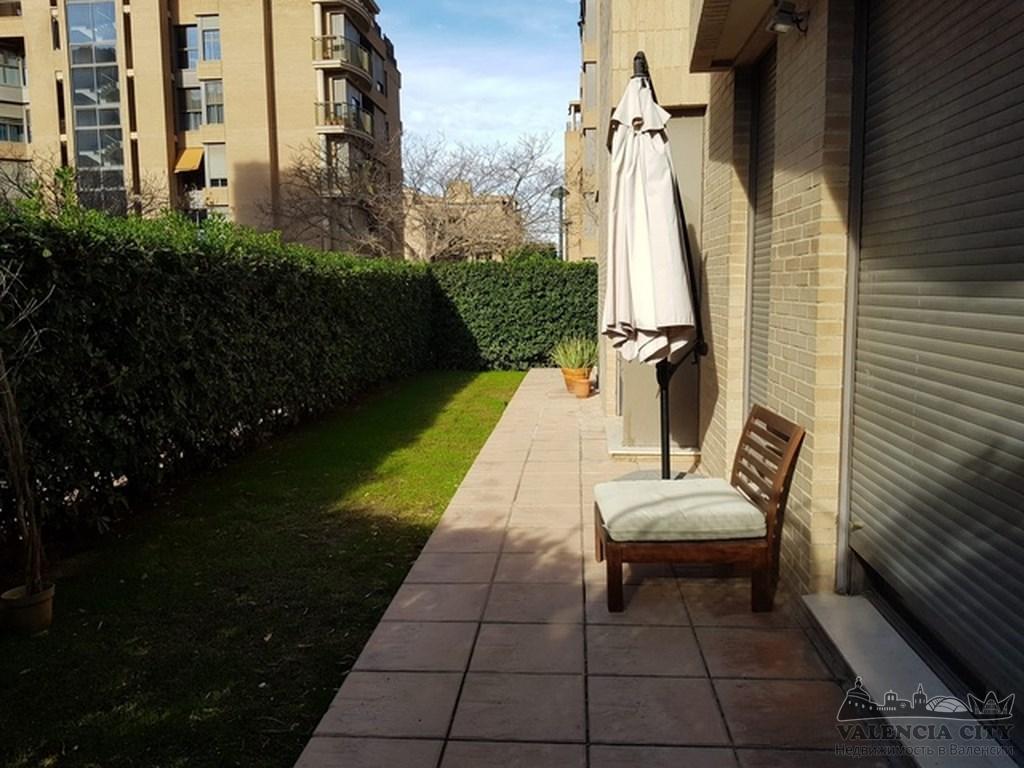 Квартира с садом в закрытом жилом комплексе с бассейном