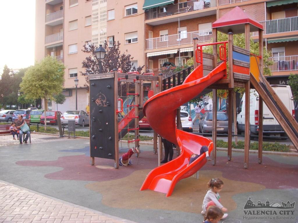Пентхаус с отдельным бассейном в спальной зоне Валенсии, Испания