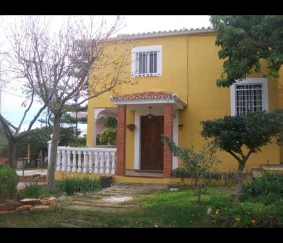 Продаётся дом с участком и бассейном в пригороде Валенсии