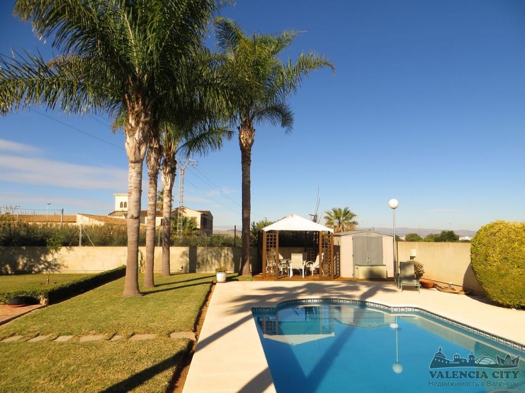 Загородный дом с бассейном в пригороде Валенсии