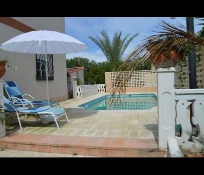 Дом с бассейном возле моря в пригороде Валенсии