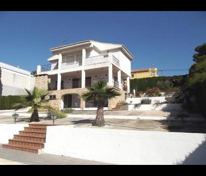 Продаётся загородный дом с бассейном в пригороде Валенсии